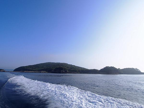 長崎県小値賀町 六島 六島を出港し、野崎島へ向かう。 六島を出港した「はまゆう」は、野崎島の東側